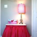 Столы для гостей или для дополнительных свадебных элементов можно одеть в пышные юбки