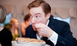 summer-wedding-desserts-groom-eating-pie-550x365