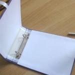 Обрежь картон или бумагу для внутренней отделки обложки по размерам сторон нашей книги. Приклей.