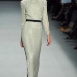 Расшитое блестками платье с длинными рукавами - идеальный вариант для зимней свадьбы