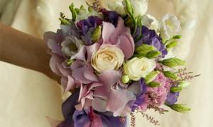 Свадебный букет из гортензий и роз