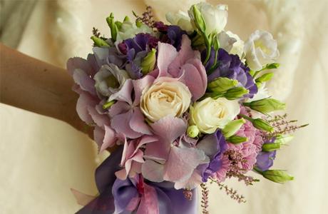 Свадебный букет из цветов фрезиями и розами — 12