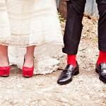 Красные босоножки невесты и красные носки жениха