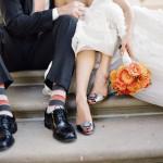 Букет и туфли невесты различаются по цветам, но с полосатыми носками жениха сочетаются прекрасно