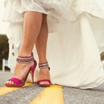 Малиновый прекрасно контрастирует с белоснежным платьем