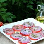 Лук, помидоры, зелень и оливковое масло - все, что понадобится тебе для этой закуски!
