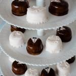 Жених и невеста даже на конфетах