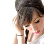 Одну косу закрепи шпильками, перетянув ее с другой стороны