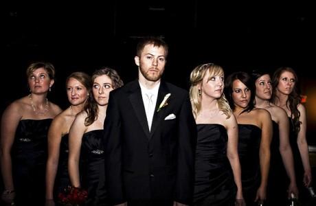 Жених на свадьбе с подружками невесты