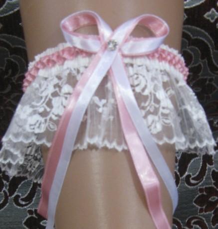 Белая подвязка невесты с розовой отделкой