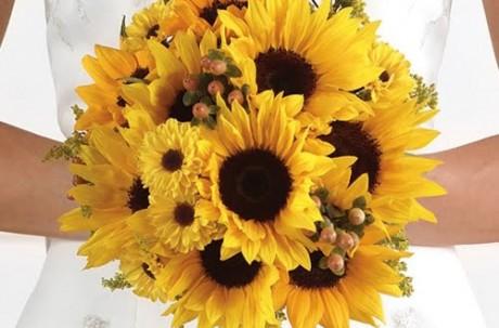 Букет и бутоньерка из солнечных цветов