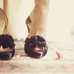 Изысканные темные туфельки гармонично сочетаются с другими аксессуарами