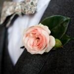 Как нельзя лучше подчеркнут образ невесты оригинальная бабочка и стильная бутоньерка