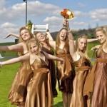 Подружек невесты можно одеть в золотисто-коричневые платья