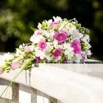 Для нежной и утонченной невесты каскадный букет с розовыми розами