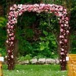 Из лозы и нежно-розовых цветов