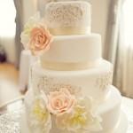 Торт с золотыми ободками и цветами