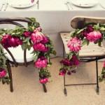 Оригинальное решение - украсить стулья романтичными цветами