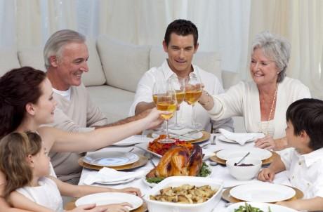 Cовмести объявление о помолвке с семейным праздником