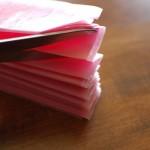 Кончики бумаги обрежь ножницами или острыми уголками, или закругленными