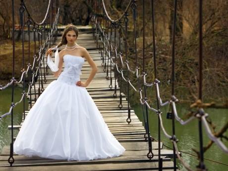 Скромная свадебная прическа
