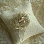 Почему бы не выбрать для свадебного торжества такую оригинальную подушечу