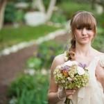 С такой прической невеста выглядит  трогательно, но безумно эффектно