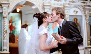 Жених и невеста перед венчанием в церкви