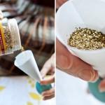С помощью специальной бумажной конструкции засыпь конфетти в яйцо