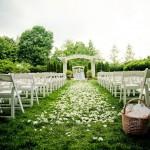 Дорожка из белых цветов на выездной свадьбе