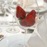 Украшаем свадебный стол клубникой