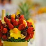 Украшение свадебного стола клубникой и ананасами
