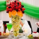 Украшение свадебного стола клубникой и цитрусовыми