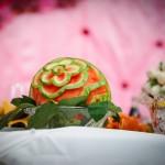 Украшение свадебного стола арбузом с орнаментом