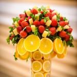Украшение свадебного стола клубникой и апельсинами