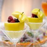 Украшение свадебного стола малиной в яблоках