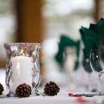 Украшение стола свечами и шишками