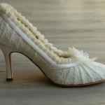 Белые туфельки с кружевами и бантиками