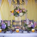 Фиолетовые цветы в свадебном декоре
