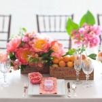 Свадебный стол, декорированный розовыми цветами