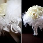 Воздушность роз подчеркнута перьями в свадебном букете