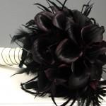 Смелый букет из черных калл и перьев