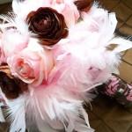 Букеты из перьев и красных роз