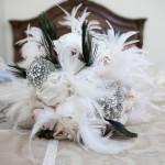 Букет из белых перьев, подчеркнутых черными