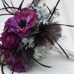 Фиолетовые цветы в черном перьевом обрамлении