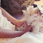 Свадебный букет из нежных роз с перьями