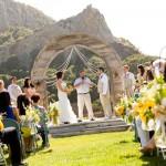 Свадебная церемония у подножья гор