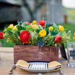 Украшение свадьбы из красных и желтых роз