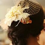 Прическа, украшенная вуалеткой с цветком