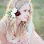 Прическа с красными и белыми розами
